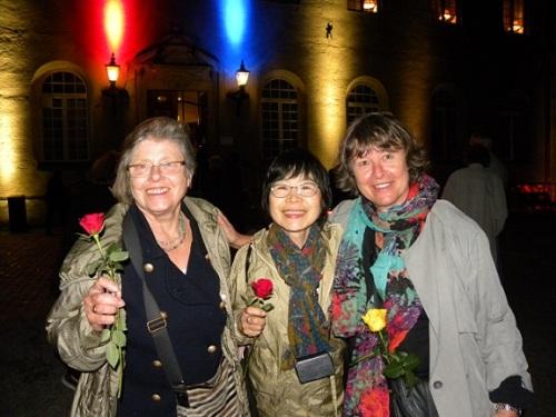 Gudrun Palmborg, Mineko von Euler och Petra Szabo utanför slottet